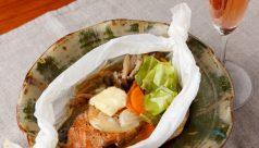 鮭と生姜胡椒の紙包み焼き 【おすすめ:辛口ロゼワイン】