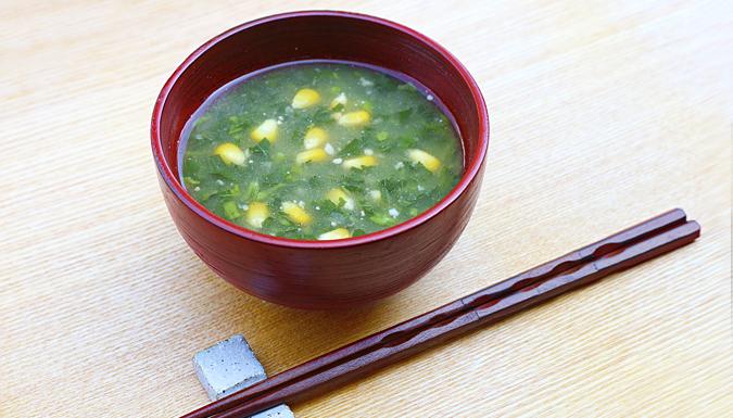 モロヘイヤとトウモロコシの味噌汁